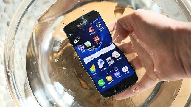 Wasserdicht & Kurzschlusssicher: Das Samsung Galaxy S7 untergetaucht