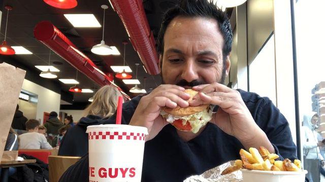 Wie schmeckt der Burger von Five Guys?