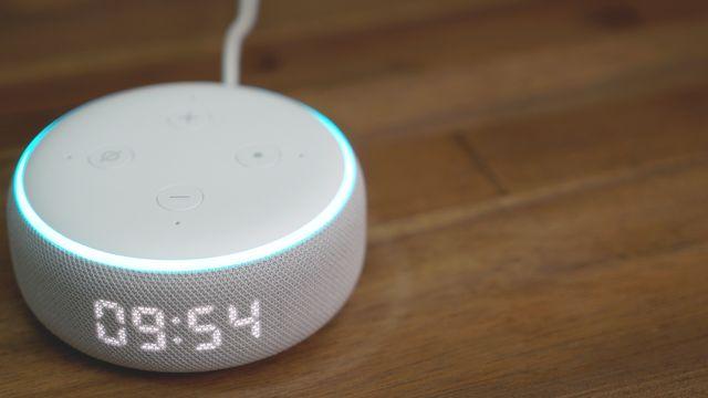 Amazon Echo Dot (3. Generation) mit Uhr im Review