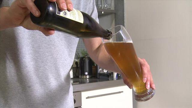 Bier richtig einschenken - so geht's