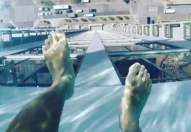 Glas-Pool in 150 Metern Höhe: Hier schwimmen Sie im Himmel